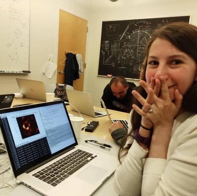 Katie Bouman a mis au point en 2016 l'algorithme baptisé CHIRP, qui a permis de créer une image à partir des quatre petaoctets (4 millions de milliards d'octets) de données récoltées par huit télescopes dans le monde, réunis au sein du projet Event Horizon Telescope. Elle fait partie de l'équipe de plus de 200 scientifiques ayant travaillé à ce projet multinational.