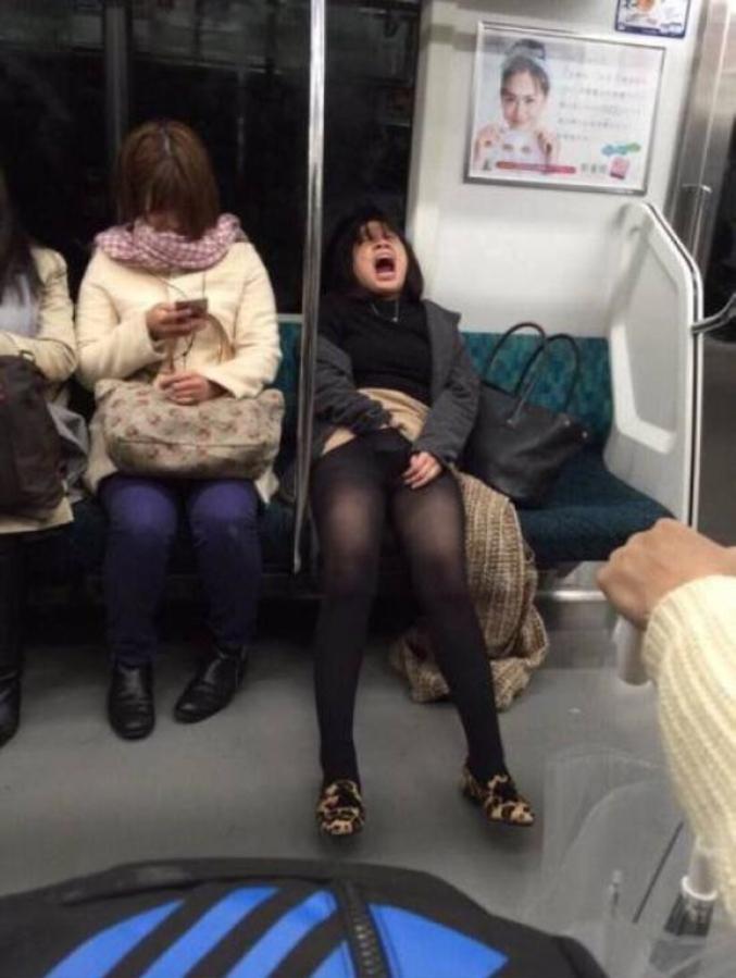 pikantnie-foto-pod-yubkoy-v-metro