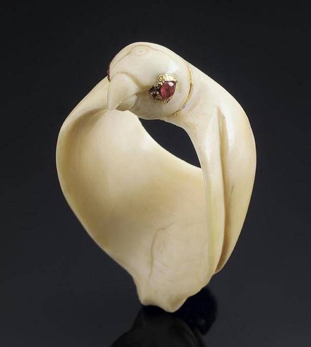 Datant du 17e - 18e siècle et sculptée en forme de faucon avec des yeux de rubis, cette bague était conçue pour protéger l'intérieur du pouce de l'archer, qui tirait pour bander l'arc.