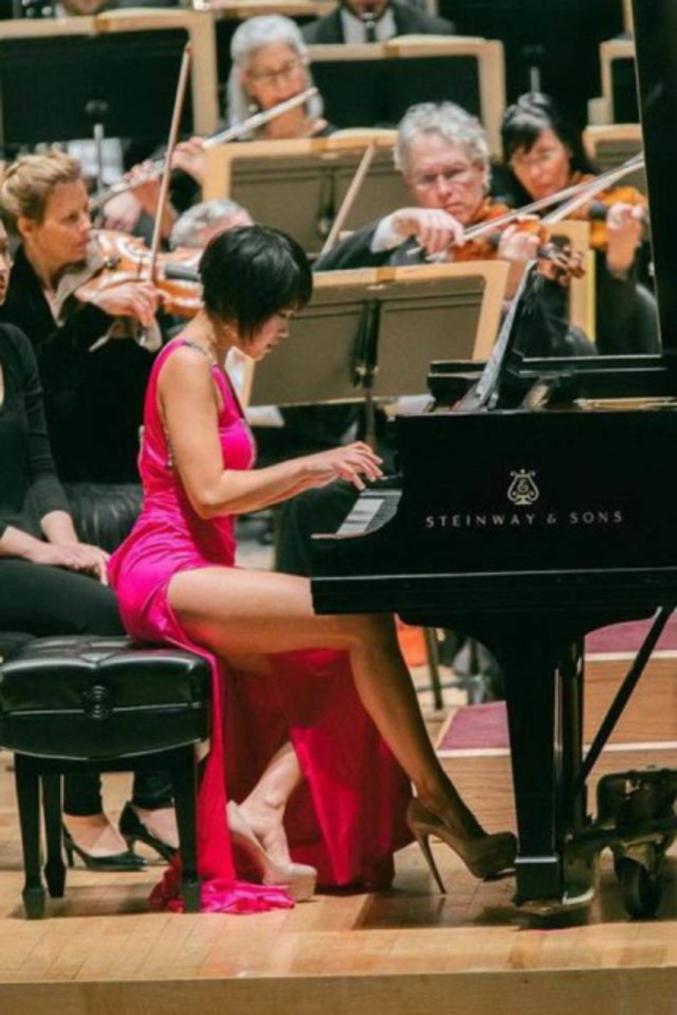 Et subitement, on a envie d'aller à des concerts de musique classique. Une video de Yuja Wang avec une autre robe beaucoup plus courte !  https://www.youtube.com/watch?v=fjQyoD3kGwA
