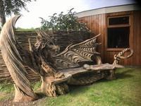 Un banc taillé en un seul bloc de bois