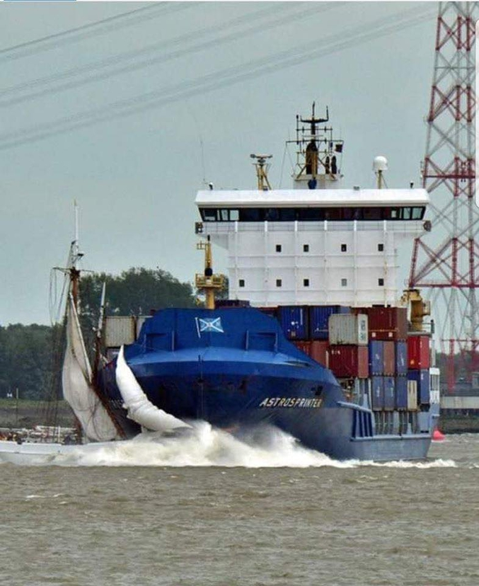Le bateau-pilote N°5 Elbe, goélette construite en 1883 et dernière survivante des constructions navales en bois de Hambourg, coule après une collision avec le porte-container Astrosprinter dans un chenal de l'Elbe. Dans le cas présent, le voilier est fautif car il coupe la route (en mer, ce serait l'inverse). La goélette, qui sortait d'une restauration de 8 mois aux chantiers navals de Hvide Sande, a depuis été renflouée en vue d'une remise à flots.