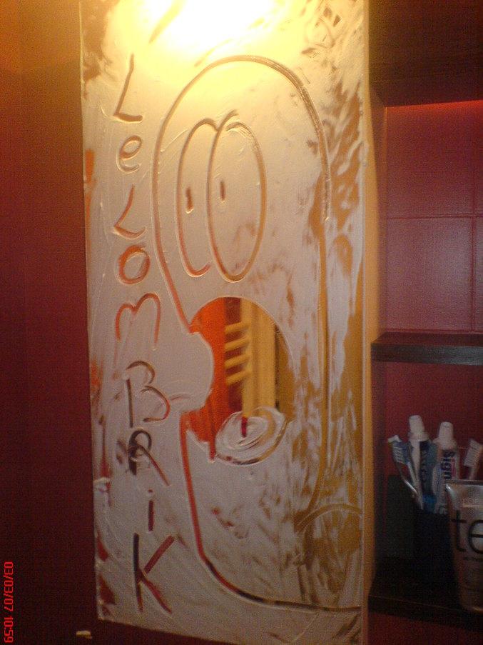 Un fan qui fait de la publicité pour Lelombrik avec de la mousse à raser, dans sa salle de bain.