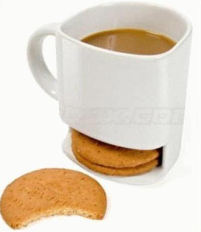 Une tasse avec une place pour les biscuits.