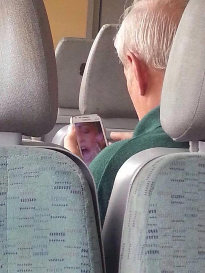 Et il sait utiliser un smartphone.