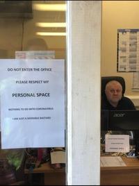 N'entrez pas dans ce bureau, respectez mon espace vital