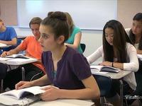 Un agent d'entretien donne une leçon à des lycéennes