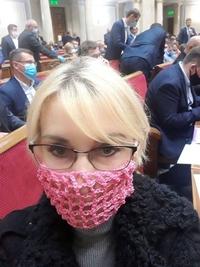 Une parlementaire Ukrainienne se fait son propre masque