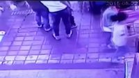 Des usagers engloutis à un arrêt de bus en Chine