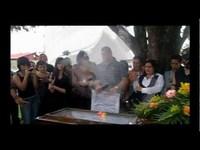 Ses amis danseurs lui rendent un dernier hommage à un enterrement