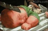 Il découpe la tête d'un enfant mort.
