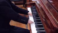 Il joue du piano sans main