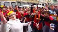 Une grand mère encerclée par des supporters belges