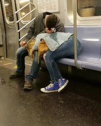 Câlin dans le métro