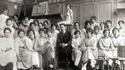 Professeur, modèle et élèves féminines dans un conservatoire d'art, à Paris vers 1910.