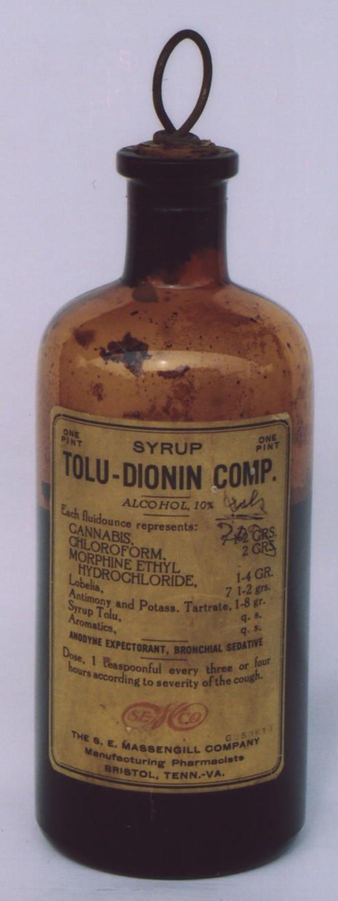 Une cuiller à thé toutes les trois ou quatre heures. Contient : 10% d'alcool, du cannabis, du chloroforme, de la morphine et de l'antimoine. Et puis quelques aromates pour faire passer le (la ?) tout.