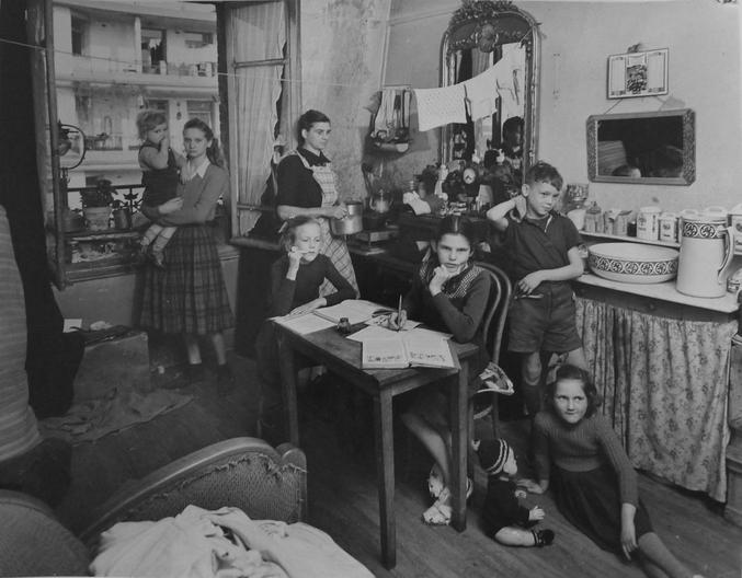 6 enfants, pas une véritable cuisine, pas de cabinet de toilettes, matelas roulés dans un coin qu'on déballera pour la nuit... Voilà ce que fut le quotidien de centaines de milliers de famille dans l'après-guerre.