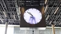 Une horloge à l'aéroport d'Amsterdam