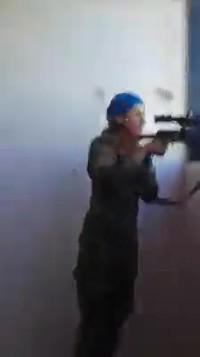 Une femme soldat kurde se prend presque une balle dans la tête mais rigole