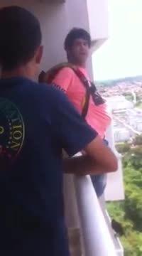Il achète un parachute sur Internet et saute de son balcon