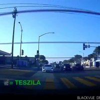 Une Porsche essaye de suivre une Tesla