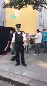 Un policier se détend pendant le Carnaval de Notting Hill