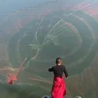 Un beau lancer de filet de pêche
