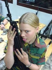 Qui sait à quoi pense cette militaire belge ?