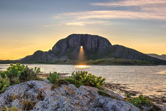 C'est ici que le 6 mai 1988, un vol aérien (le Widerøe Flight 710 (en)) effectuant la liaison Namsos-Brønnøysund s'est écrasé sur le flanc de la montagne faisant trente-six morts dont les membres d'équipage.  Selon la légende, le trou a été fait par le troll Hestmannen alors qu'il chassait la belle fille Lekamøya. Lorsqu'il réalisa qu'il ne pourrait l'obtenir, il lança une flèche pour la tuer mais le roi des trolls de Sømna jeta son chapeau pour dévier la trajectoire et sauver la belle. Le chapeau se retourna avec un trou en son centre.   Source : Wikipédia