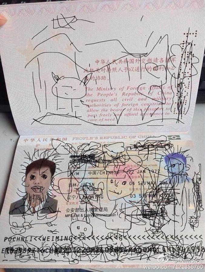 Un touriste chinois est retenu dans un aéroport sud-coréen après que son fils de 4 ans ait gribouillé son passeport au stylo noir. L'administration sud-coréenne a interdit à ce touriste de quitter le pays, le coinçant temporairement dans l'aéroport. L'homme a publié la photo sur Weibo, l'équivalent de Twitter en Chine.