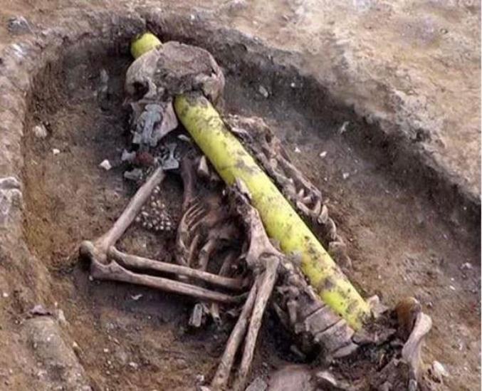 Une ligne à haute tension a été posée au travers du squelette d'une femme anglo-saxonne décédée au VIe siècle du côté d'Oakington, en Angleterre.