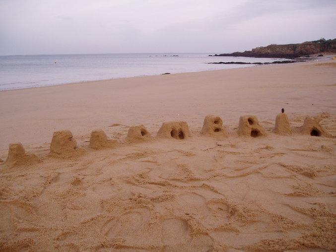 LeLoMBriK écrit en chateaux de sable.