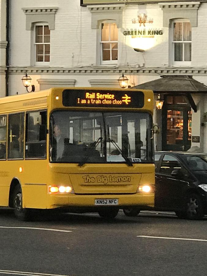 """Ou un train-bus. Peu importe c'est anglais. """"Service du Rail. Je suis un train tchoutchou."""" """"Le Gros Citron"""""""