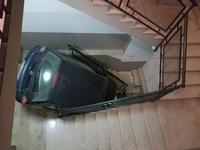 Kan tu suis le GPS de ton téléphone d'un peu trop près plutôt que les panneaux pour parquer la voiture