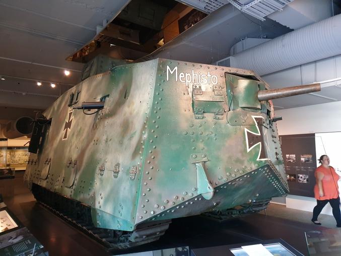 L'unique modèle de tank fabriqué à une vingtaine d'exemplaires pendant la 1ère guerre mondiale : équipage de 18 hommes, lent, surarmé (mais incommodément), ne pouvait pas se mouvoir sur des terrains accidenté, etc... Le seul exemplaire encore existant de nos jours est dans un musée anglais.