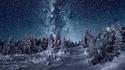 Une route, de la neige, les étoiles