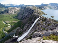 Un lac d'altitude et son déversoir