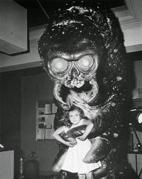 """Mimi Gibson et le monstre du film """"the Kraken"""" (1957)"""
