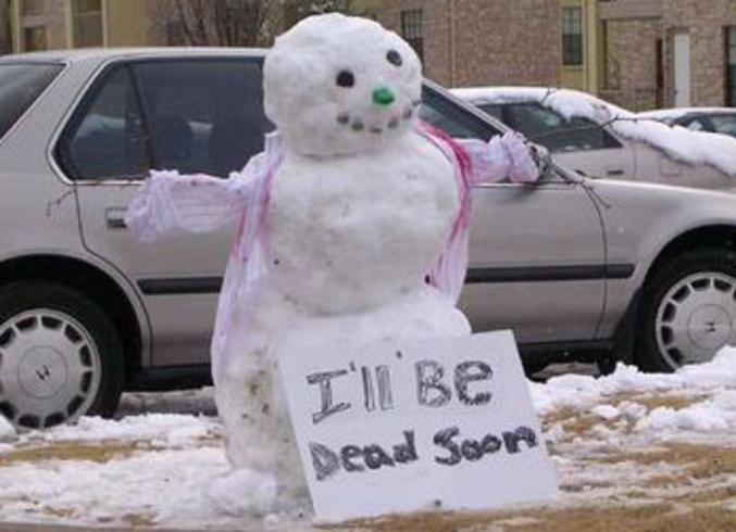 Un peu de compassion pour ce pauvre bonhomme de neige qui vit ses dernieres heures.