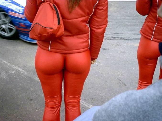 un pantalon bien serré et hyper moulant