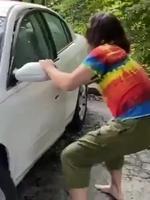 Garer sa voiture en bordure de forêt .