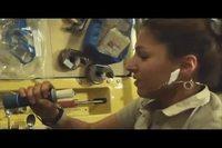 Comment une femme boit de l'eau dans l'espace