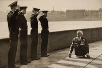 Début des années 60, des soldats russes saluent un vétéran du SIEGE (on ne rit pas SVP) de Léningrad
