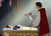 Le Prince Charmant va vérifier que Blanche-Neige fait bien un gros dodo