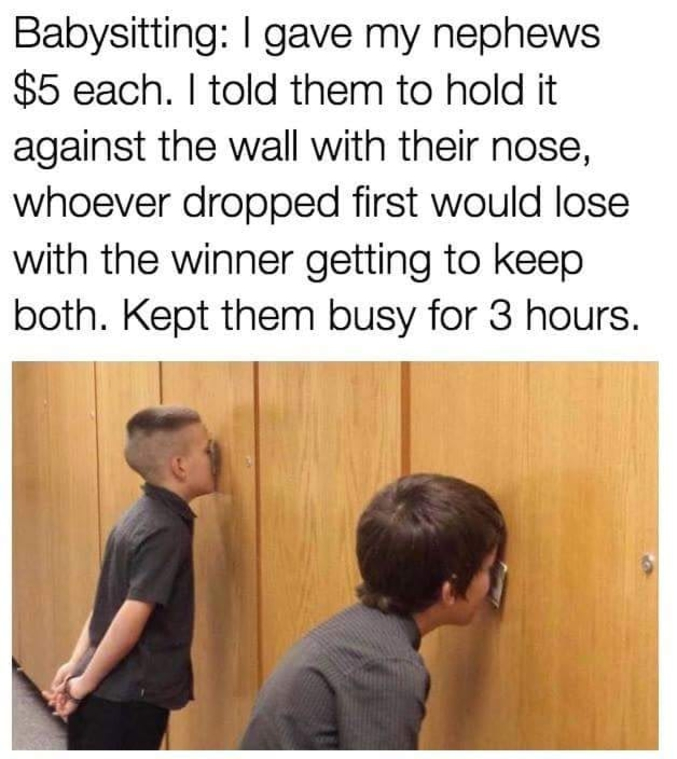 Demandez aux deux enfants de coincer un billet de 5 € avec leur nez contre le mur, le dernier à le tenir emporte son billet plus celui du voisin. Ça les a occupés trois heures ! A faire avec des billets de monopoly, ou des francs CFA dans un premier temps...