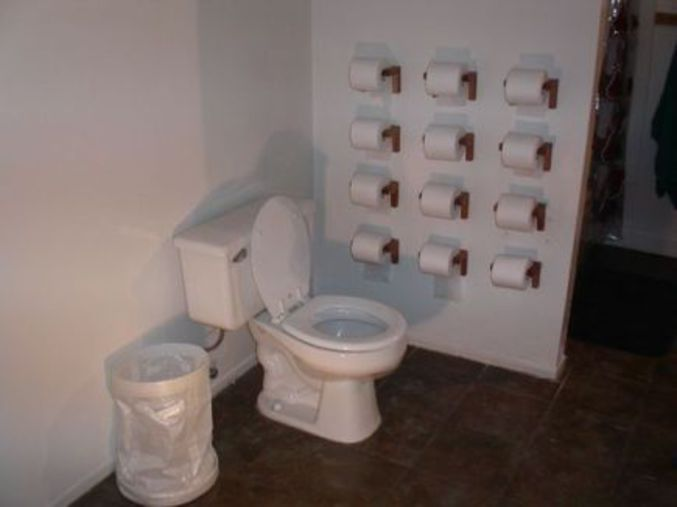 Des toilettes avec plusieurs rouleaux de papier, pour les personnes atteintes de gastro-entérites chroniques.