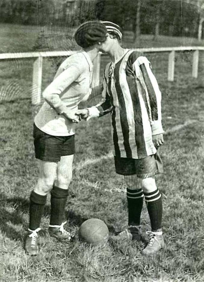 Un match de football féminin. Au début, on s'embrasse puis les Anglaises gagnent 2-0.