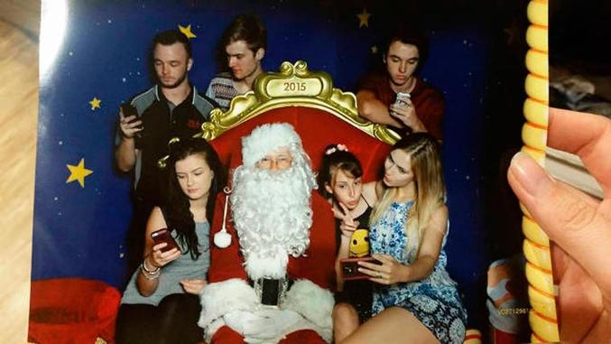 Entouré et pourtant si seul, pauvre Père Noël.
