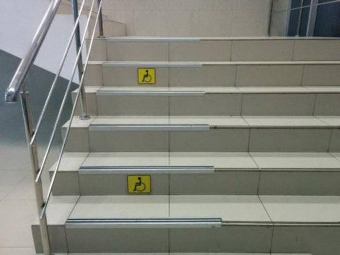 mais pas sûr que les bandes antidérapantes soient utiles aux fauteuils roulants...