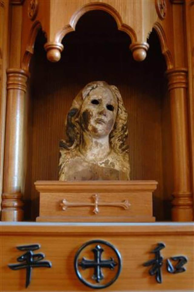 La tête de cette statue a été découverte dans les ruines de la ville, après le bombardement atomique. Elle est depuis exposée dans la cathédrale. Nagasaki était la première communauté catholique du Japon.